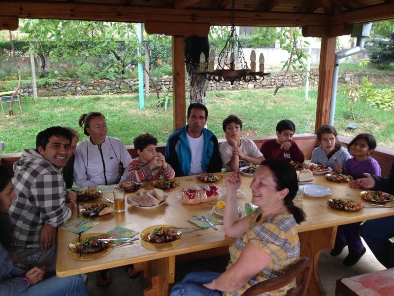 бежанци учат български език сред природата