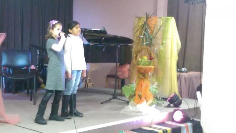 деца изпълняват химна на България